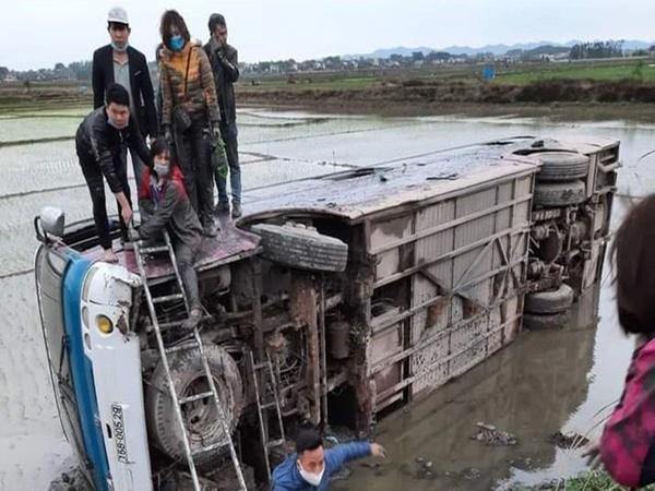 Clip: Xe chở công nhân bất ngờ lao xuống ruộng ở Bắc Giang