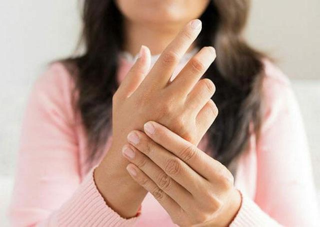 Cứng ngón tay, dấu hiệu tưởng chừng đơn giản nhưng rất có thể là triệu chứng của 4 căn bệnh này, đừng nên xem thường - Ảnh 1