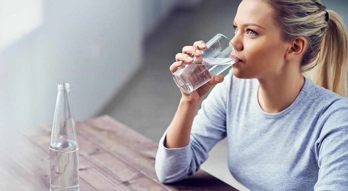 Uống quá nhiều nước có thể dẫn đến tử vong vì ngộ độc nước và đây là cách tính số ly nước cần uống mà ai cũng nên biết - Ảnh 1