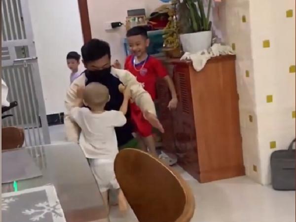 Xúc động trước cảnh hai đứa bé ùa vào lòng đón bố đi trực chống dịch trở về