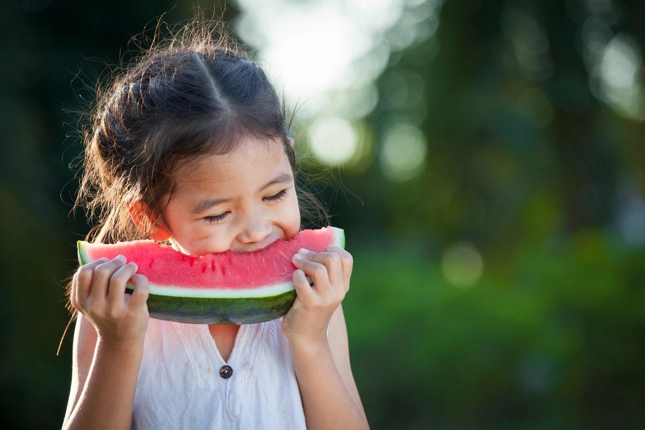 5 loại quả phổ biến ngày hè mà cha mẹ không nên cho con ăn quá nhiều kẻo rước bệnh vào người con trẻ - Ảnh 1
