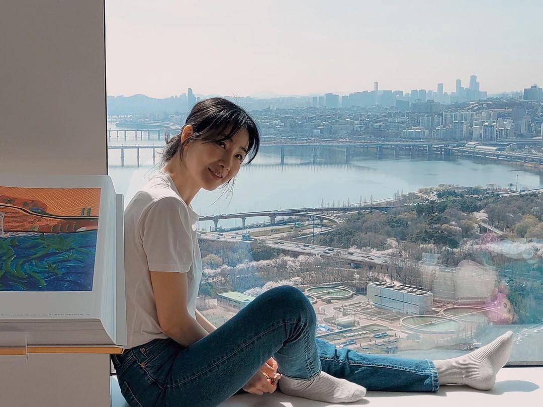 Bước sang tuổi 46, nhan sắc của Choi Ji Woo lại được nhận xét không thua kém đàn em Song Hye Kyo