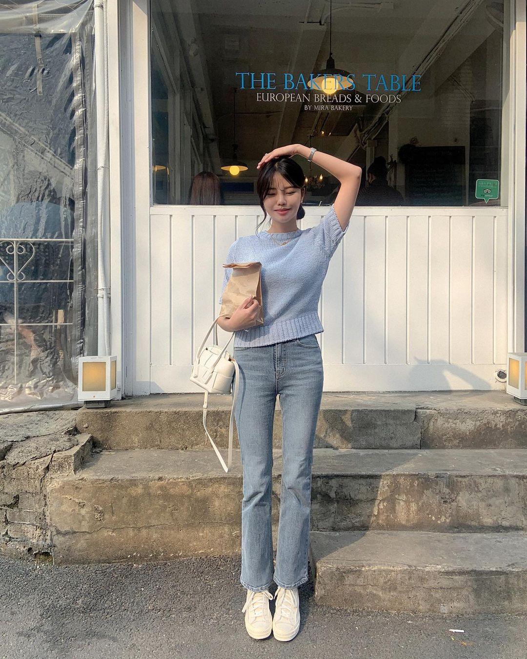 """Học nàng blogger Hàn cách diện jeans """"đỉnh của chóp"""": Vừa hack dáng vừa thanh lịch để đến sở làm - Ảnh 1"""