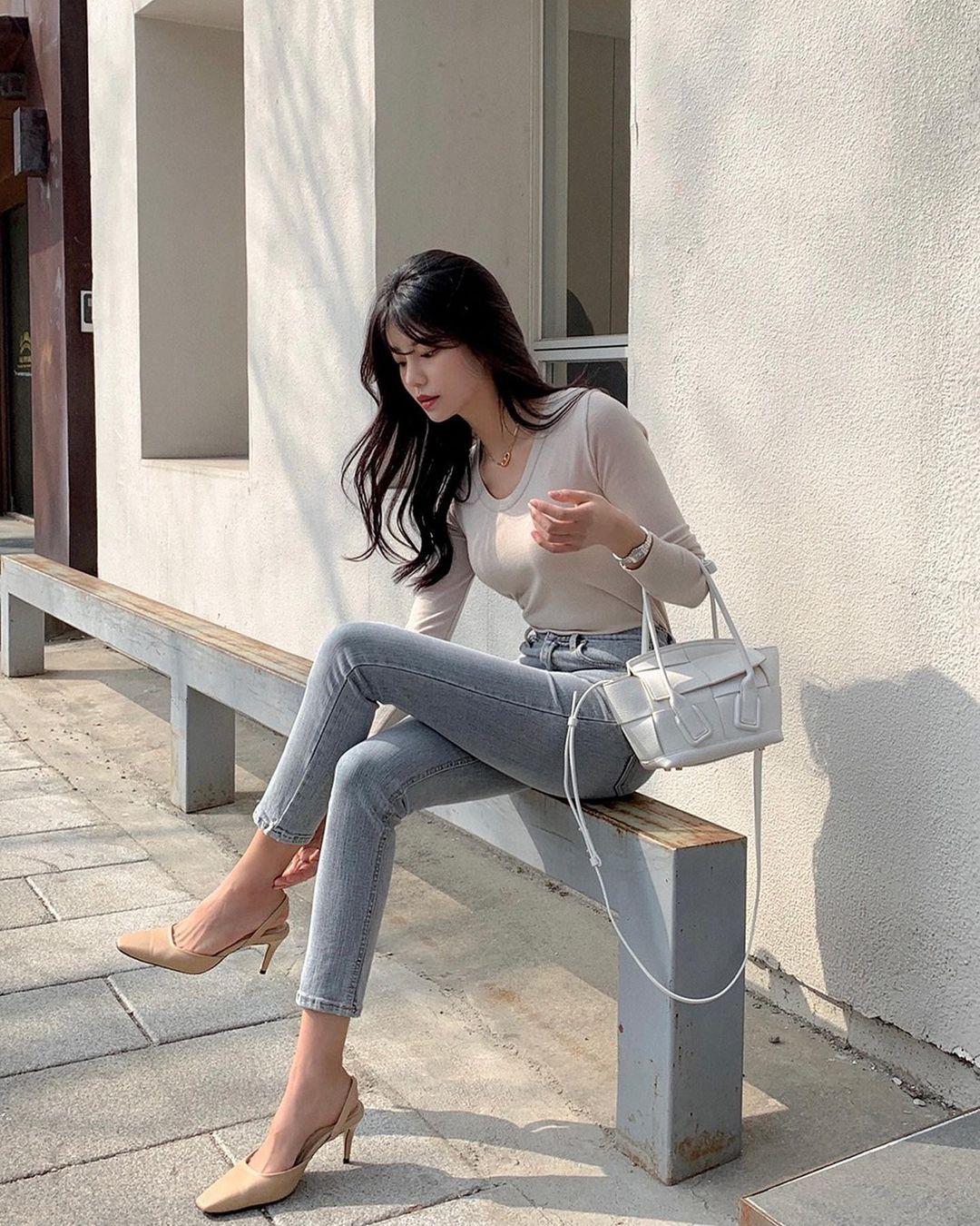 """Học nàng blogger Hàn cách diện jeans """"đỉnh của chóp"""": Vừa hack dáng vừa thanh lịch để đến sở làm - Ảnh 2"""