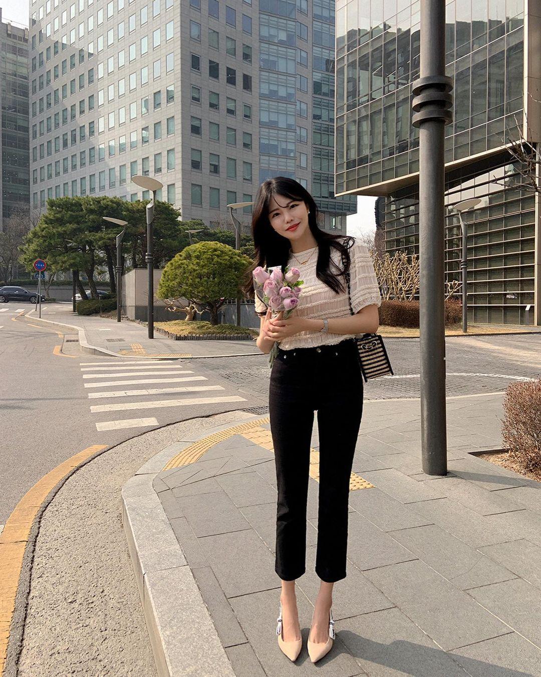 """Học nàng blogger Hàn cách diện jeans """"đỉnh của chóp"""": Vừa hack dáng vừa thanh lịch để đến sở làm - Ảnh 7"""