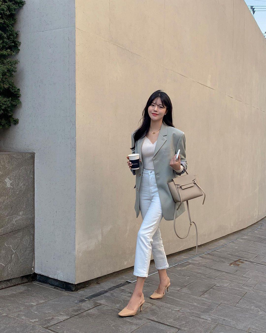 """Học nàng blogger Hàn cách diện jeans """"đỉnh của chóp"""": Vừa hack dáng vừa thanh lịch để đến sở làm - Ảnh 8"""