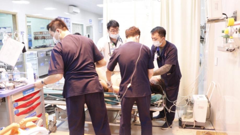 Một người bị điện giật nghiêm trọng, bỏng toàn bộ chân trái, bác sĩ chỉ cách sơ cứu đúng nhất khi trời mưa - Ảnh 1