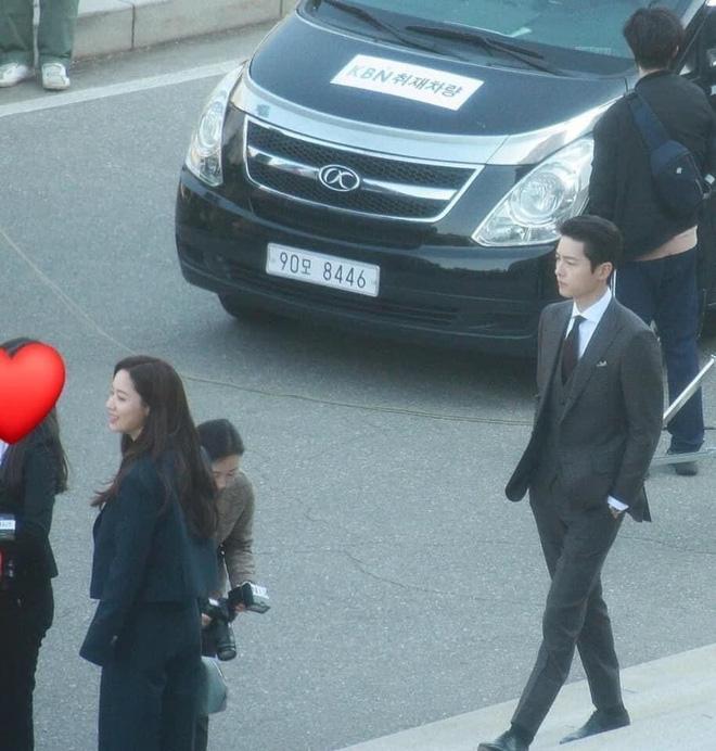 Netizen phát sốt với visual siêu thực của Song Joong Ki ở ảnh chụp lén trên phim trường Vincenzo - Ảnh 1
