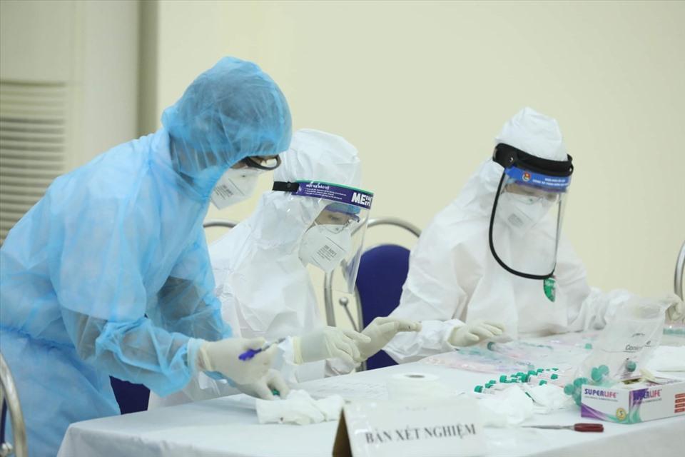 Bác sĩ cảnh báo: F0 khỏi Covid-19 có khả năng tái nhiễm nhiều lần, trở thành trung gian 'mang virus đi khắp nơi' - Ảnh 1