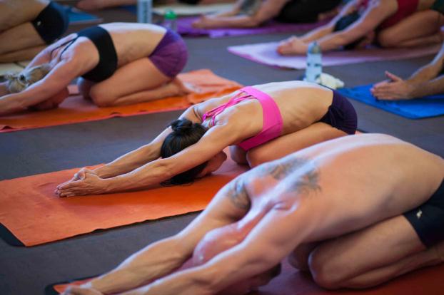 5 bài tập yoga giãn cơ phụ nữ sau tuổi 40 không nên bỏ qua - Ảnh 2