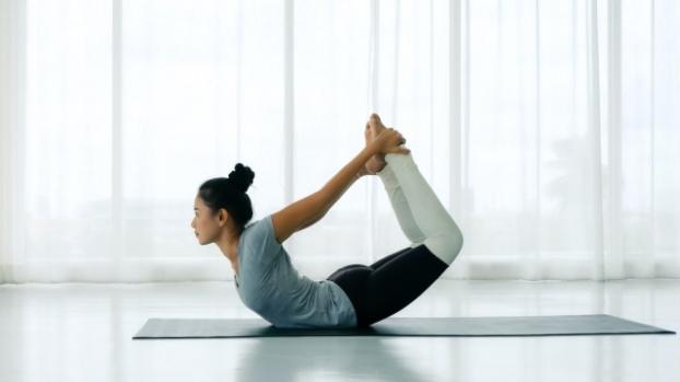 5 bài tập yoga giãn cơ phụ nữ sau tuổi 40 không nên bỏ qua - Ảnh 3