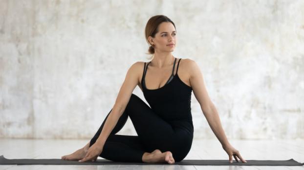 5 bài tập yoga giãn cơ phụ nữ sau tuổi 40 không nên bỏ qua - Ảnh 4