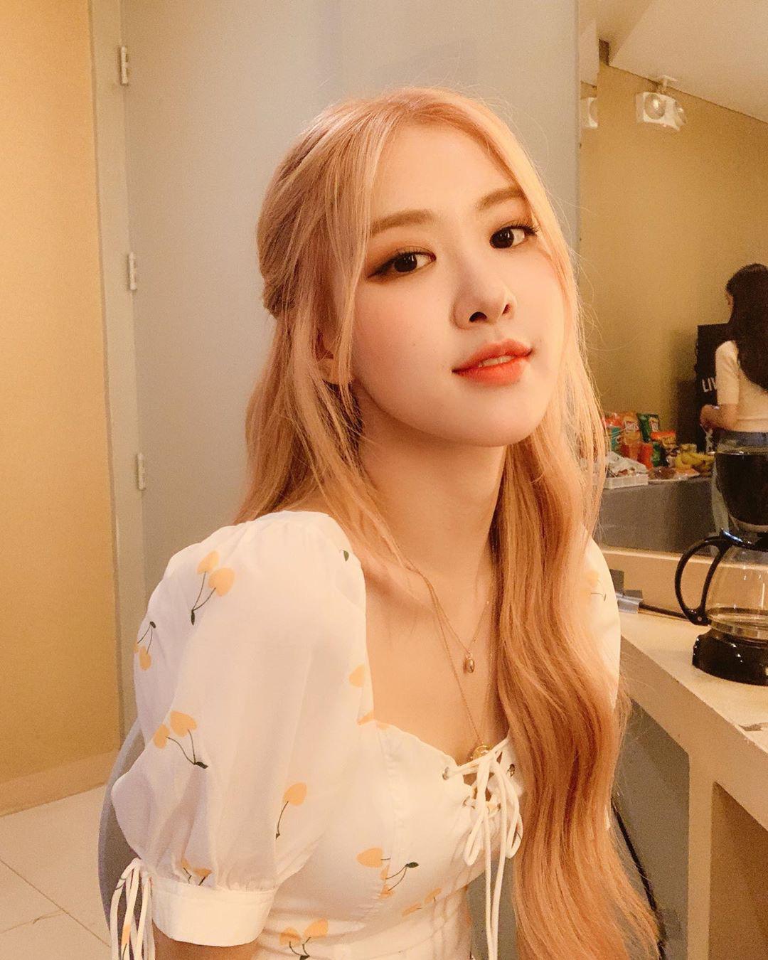 Tóc dài thướt tha sợ làm gì cũng sến, bạn phải học ngay 3 cách buộc tóc sang và xinh hết ý của Rosé (Black Pink) - Ảnh 5