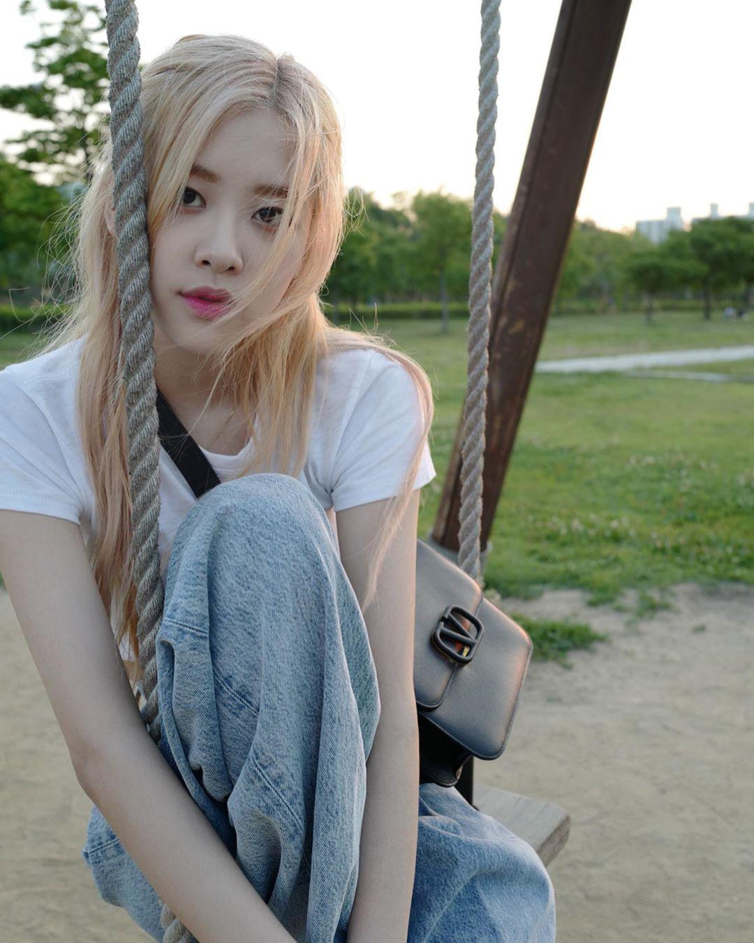 Tóc dài thướt tha sợ làm gì cũng sến, bạn phải học ngay 3 cách buộc tóc sang và xinh hết ý của Rosé (Black Pink) - Ảnh 6