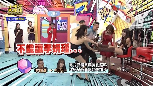Mặc đồ bó sát 'o ép 3 vòng' đến show giải trí, nữ streamer bị 'tấn công' đến mức phải dùng tay túm váy để không lộ hàng - Ảnh 4