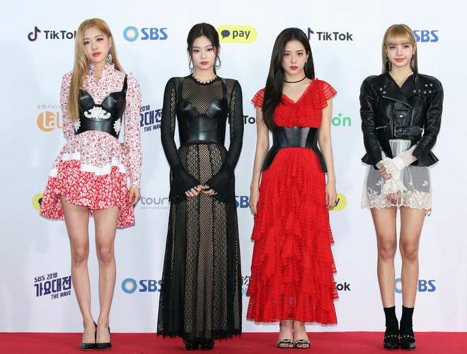 """Nổi tiếng mặc đẹp nhưng Black Pink cũng lắm phen """"sẩy chân"""" vì hàng hiệu: Váy áo rõ đắt mà vẫn bị chê không ưng mắt"""