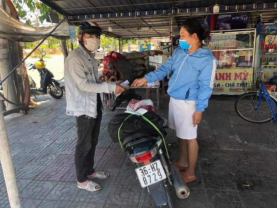 Đi bộ về Thanh Hóa, thanh niên 22 tuổi được người dân Quảng Nam tặng xe máy và 10 triệu đồng làm lộ phí