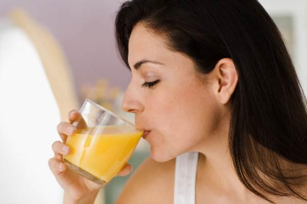 Cách uống nước cam sai lầm vô cùng nghiêm trọng - Ảnh 1