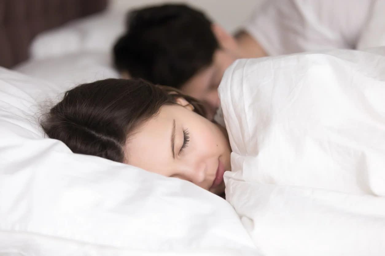 4 thói quen khi đi ngủ giúp vợ chồng hạnh phúc hơn - Ảnh 1