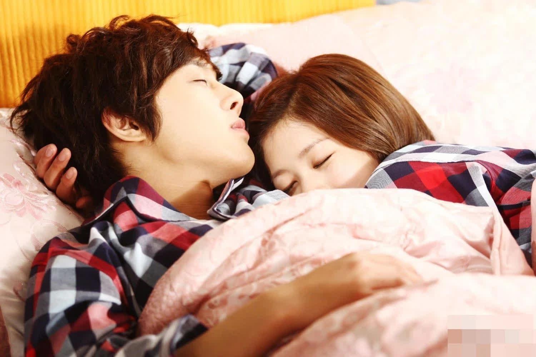 4 thói quen khi đi ngủ giúp vợ chồng hạnh phúc hơn - Ảnh 2