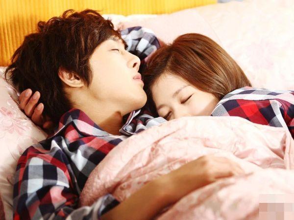 4 thói quen khi đi ngủ giúp vợ chồng hạnh phúc hơn