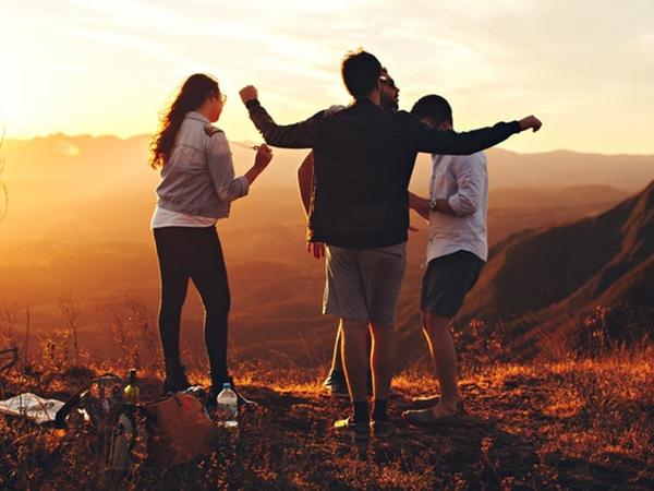 5 dấu hiệu cho thấy người đàn ông của bạn đang thân thiết quá đà với bạn bè khác giới