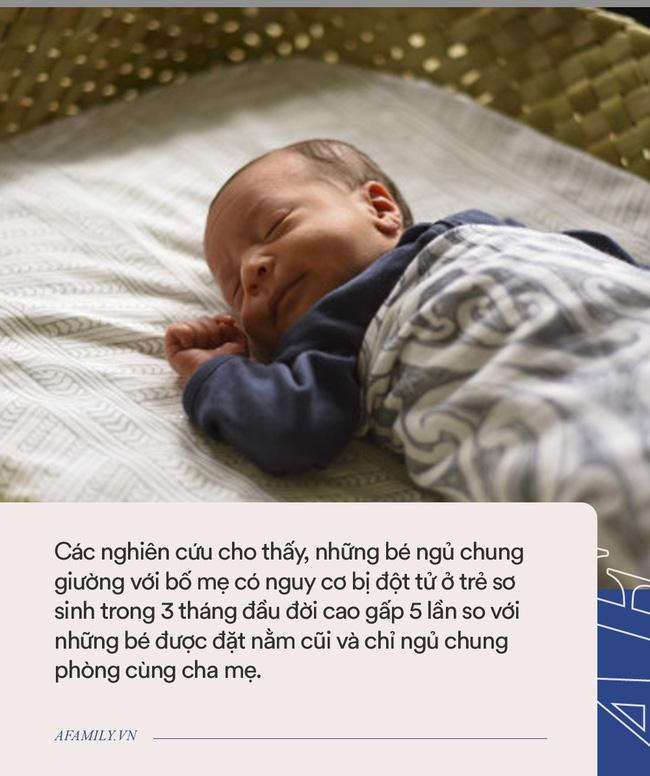 Ám ảnh với cảnh ông bố bế con bất động chạy tới phòng cấp cứu, bác sĩ nhi cảnh báo về việc ngủ chung giường với con - Ảnh 1