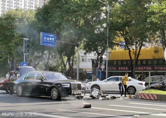 Đâm trúng xe Rolls Royce, anh shipper ngồi khóc nức nở nhưng hành động sau đó của nữ tài xế mới khiến ai nấy ngỡ ngàng - Ảnh 1