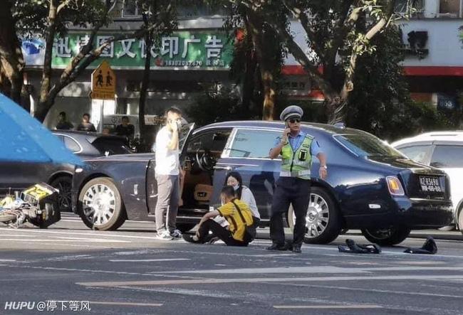 Đâm trúng xe Rolls Royce, anh shipper ngồi khóc nức nở nhưng hành động sau đó của nữ tài xế mới khiến ai nấy ngỡ ngàng - Ảnh 2