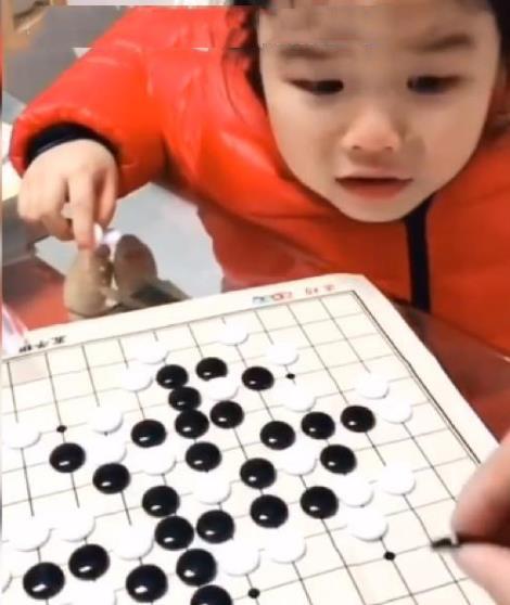 Hai bố con đang chơi cờ đột nhiên mẹ nghe con gái vừa khóc vừa kêu cứu, biết nguyên do cô không khỏi phì cười - Ảnh 1