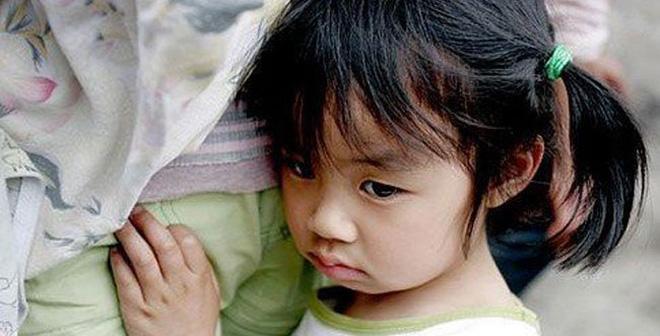 Con gái 8 tuổi ngủ một mình một giường mà sáng ra cứ than chật, xem camera mẹ khóc ngất - Ảnh 1