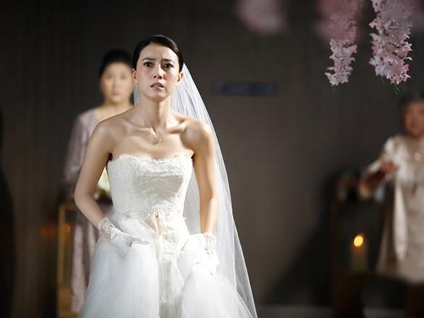 Hộp quà cưới đựng chiếc váy rách loang lổ máu tiết lộ quá khứ của chồng khiến tôi ám ảnh hằng đêm