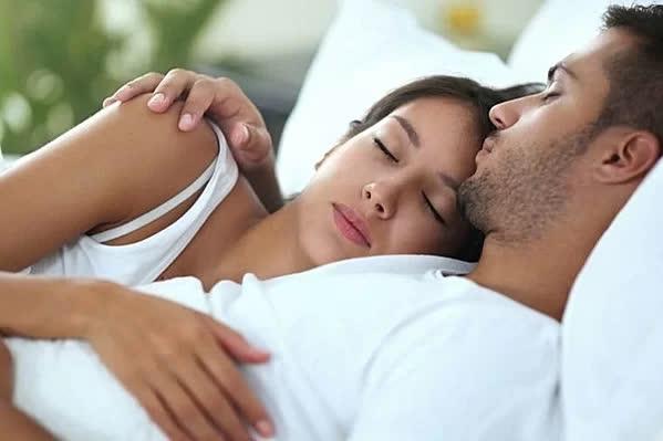 Tại sao vợ chồng nên đi ngủ cùng lúc? - Ảnh 1