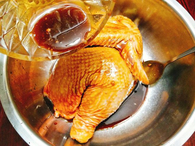 Cách làm gà nướng mật ong vàng óng, thơm nức cho đêm tiệc Giáng sinh - Ảnh 2
