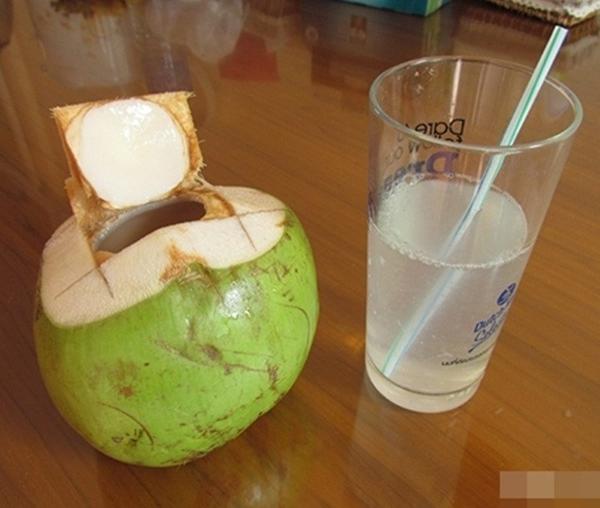 Uống nước dừa tốt thật nhưng nếu cho thứ này vào thì hiệu quả sẽ tăng gấp 10 lần, điều vi diệu xảy ra khiến ai cũng 'sướng rơn' - Ảnh 1
