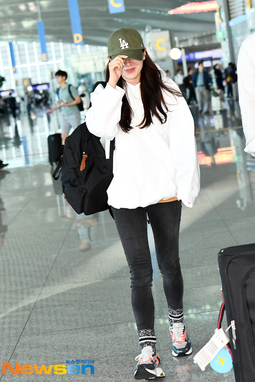 Dù quần jeans dáng ôm có hot hay không, Son Ye Jin vẫn chẳng ngán diện từ phim đến đời thực - Ảnh 2