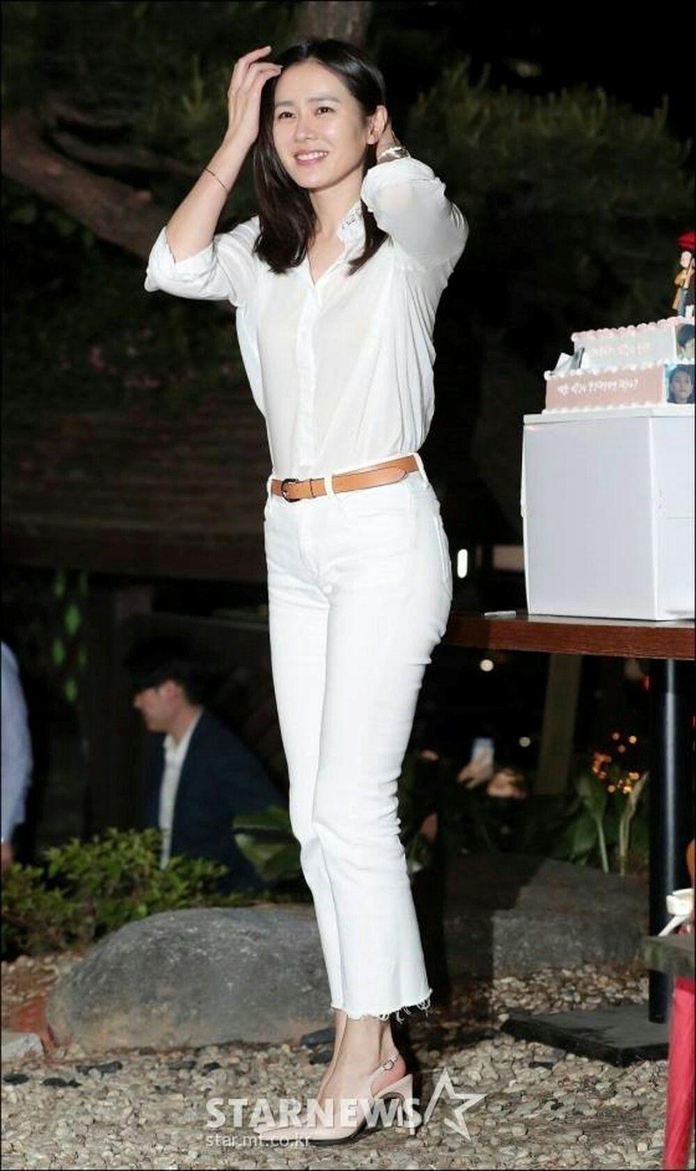 Dù quần jeans dáng ôm có hot hay không, Son Ye Jin vẫn chẳng ngán diện từ phim đến đời thực - Ảnh 1