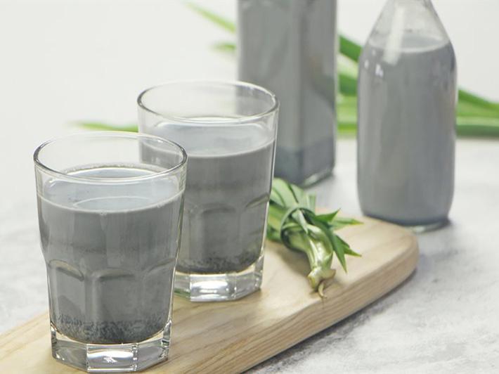 Có một loại sữa hạt đen sì nhưng nếu uống hàng ngày, da dẻ chị em sẽ hồng hào lên trông thấy, lại còn hỗ trợ giảm cân - Ảnh 1