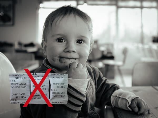 Cách xử lý khi trẻ nuốt nhầm phải gói hút ẩm, cha mẹ nào cũng nên biết