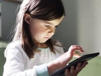 Mẹ 'ngã ngửa' khi con gái 12 tuổi ngoan ngoãn, chăm chỉ học hành lại xem 'phim nóng' và pha xử lý khiến ai cũng phải học hỏi