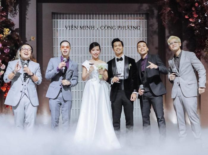 Lộ ảnh lễ cưới Công Phượng ở Nghệ An: Mượn sân bóng làm nơi đặt tiệc - Ảnh 1