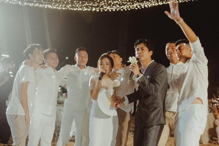 Lộ ảnh lễ cưới Công Phượng ở Nghệ An: Mượn sân bóng làm nơi đặt tiệc - Ảnh 2