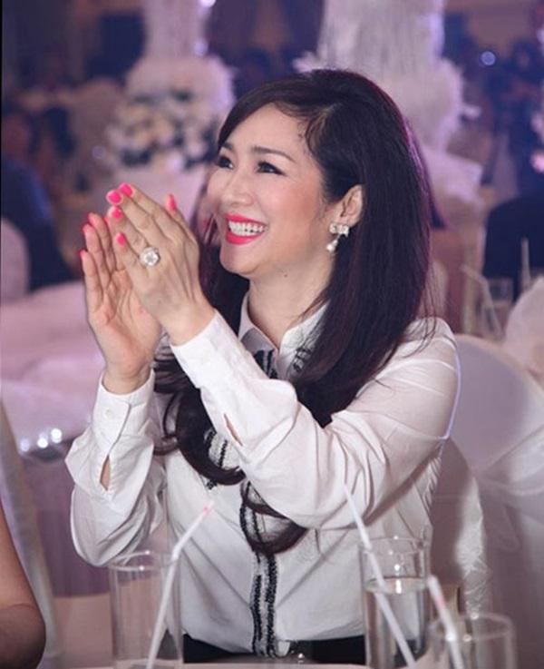 Soi tay của dàn sao Việt: Tay Ngọc Trinh tỉ lệ nghịch với nhan sắc, Nhã Phương quá xấu - Ảnh 3