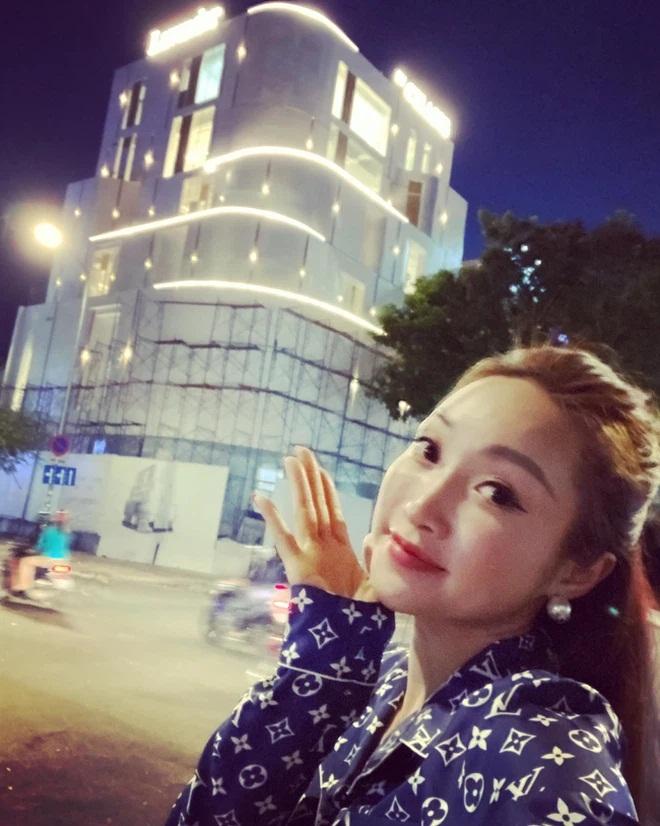 Vợ 3 kém 16 tuổi của Chi Bảo: Giàu, đẹp có quan hệ với nhiều nghệ sĩ nổi tiếng - Ảnh 6