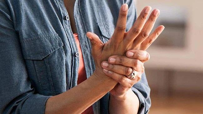 Tê tay tuy là chuyện thường nhưng hãy cẩn thận, nó cũng là dấu hiệu cảnh báo sớm của 5 loại bệnh 'chết người' sau - Ảnh 1