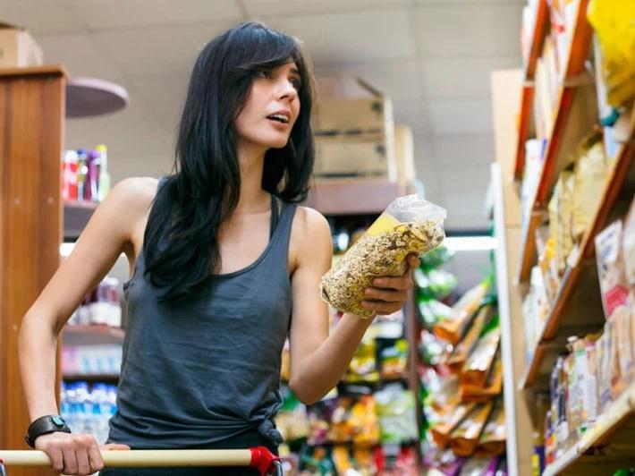 Chọn thực phẩm ngon bổ rẻ cả nhà đều thích: Chuyên gia đưa ra tiêu chí đọc nhãn thực phẩm chuẩn khỏi chỉnh - Ảnh 1