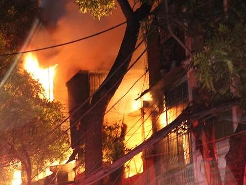 TP.HCM: Người đàn ông cuồng ghen tưới xăng đốt kiot, bé 7 tuổi và mẹ bị bỏng nặng