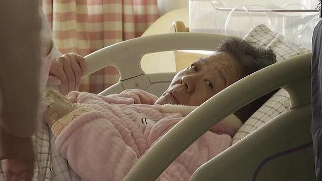 Dù đã có con cháu, ở tuổi 67, một phụ nữ gây bất ngờ khi vẫn quyết định sinh thêm con