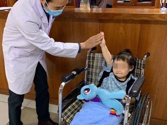 Những hình ảnh mới nhất của bé 3 tuổi rơi từ tầng 12A chung cư được xuất viện