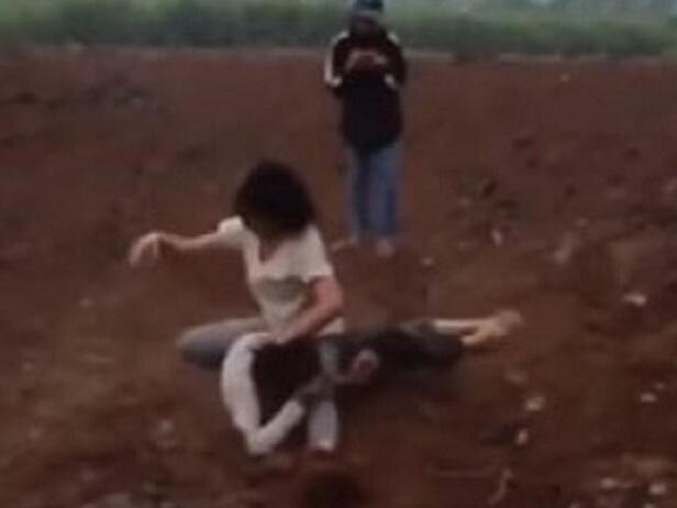 Nghệ An: Hai nữ sinh đánh nhau dã man, người lớn đứng bên cạnh cổ vũ